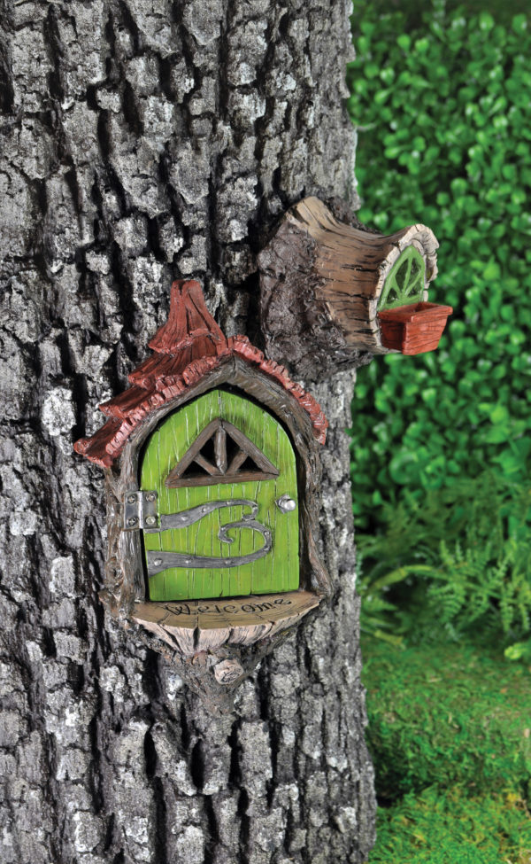 Porte de fée et fenêtre sur arbre