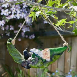 Figurine nain de jardin sur hamac en résine.